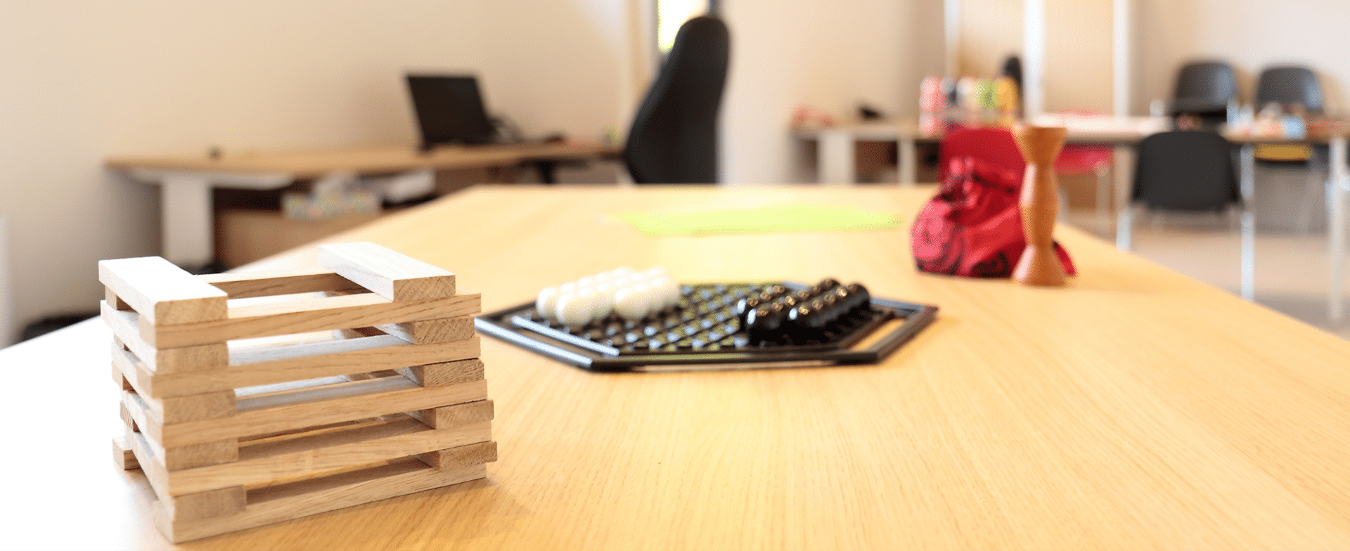 SESSAD - ITEP La Boissière Table avec jeux de construction